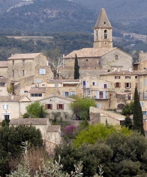 Zicht op Mirabel-aux-Baronnies met de kerk