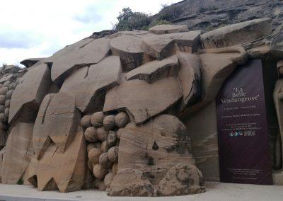 Enorm beeldhouwwerk in buurdorp Piègon