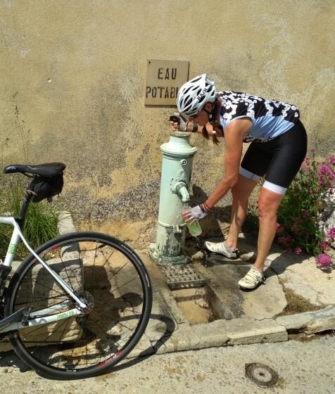 Watertappen tijdens een fietstocht in de Drôme Provençale